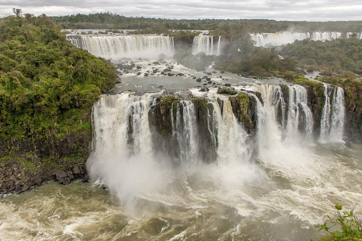 Tres-Mosqueteros-Falls-Iguazu-Falls-by-Larry-Jackson_copy